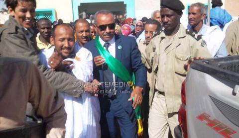 صورة لعمدة بلدية ازويرات الشيخ ولد بايه بعد تنصيبه مباشرة